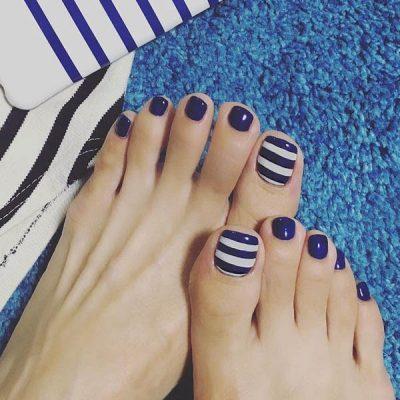 เล็บเท้าสีน้ำเงินตัดโทนสีขาวได้อารมณ์แห่งท้องทะเล