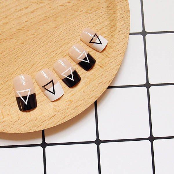 แฟชั่นเล็บมือพื้นใสโทนขาวดำเพ้นท์ลาย Minimal Style สุดแนว