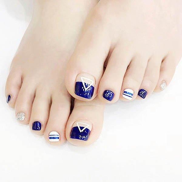 เล็บเท้าลายสามเหลี่ยมทรงเลขคณิตสีน้ำเงินตัดสีขาวแฟชั่นฝรั่งเศษสวยหรู