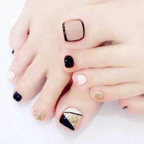 เล็บเท้าดีไซต์หรูหรามาในแฟชั่นเทรนด์เกาหลีเล็บสีทองตัดสีดำขาว