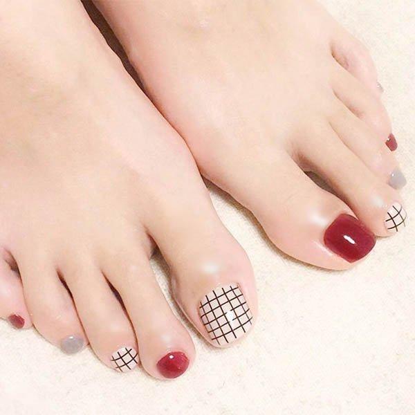 เล็บเท้าหรูหราดีไซต์สุดเก๋มาในแบบตารางตัดสีเล็บขาวแดงเทา
