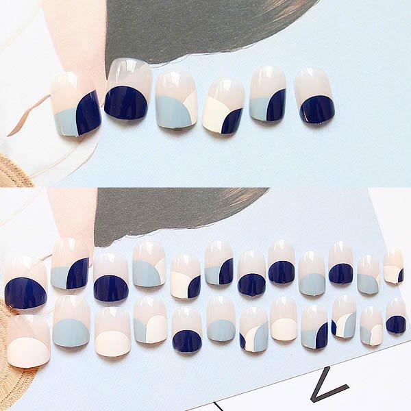 ลายเล็บน่ารักตะมุตะมิสีกรมตัดสีฟ้าหม่นและสีขาว
