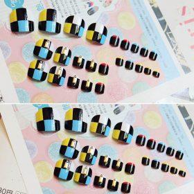 เล็บเท้าลายหมากรุกตารางสีฟ้าตัดสีดำตัดสีเหลืองติดเครื่องประดับสีทองกราฟฟิกสวย
