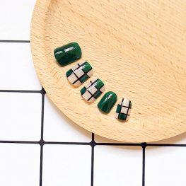 แฟชั่นเล็บมือสีเขียวมรกตตัดเล็บสีใสลายตารางสลับเขียวเลอค่าสุดๆ