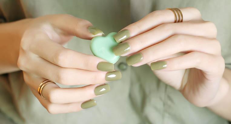 สีทาเล็บสีเขียว