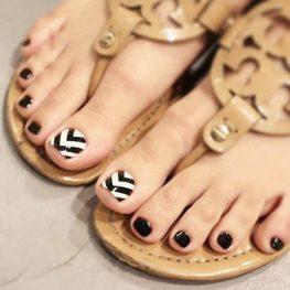สีเล็บเท้าแฟชั่นเล็บสีดำตัดขาวที่ดูมีสไตล์