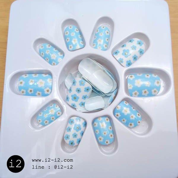 แฟชั่นเล็บปลอมพื้นสีฟ้าและสีขาวเพ้นท์ลายดอกไม้สวยมุ้งมิ้ง