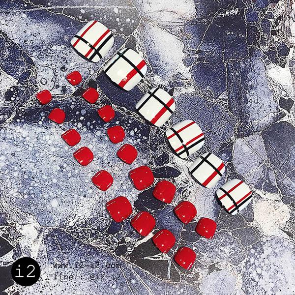 เล็บเท้าสีแดงสุดซี๊ดสลบเล็บโทนขาวตัดลายทะเล้นขาวแดงสุดจะลงตัว