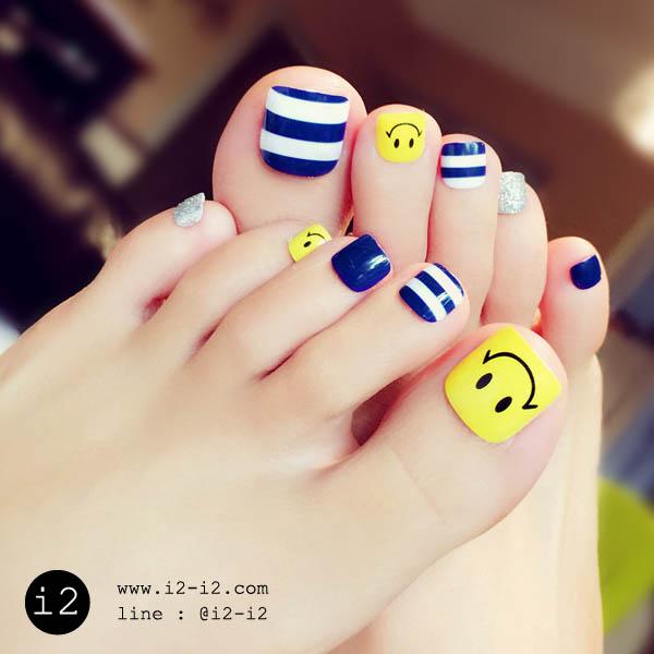 แฟชั่นเล็บเท้าสีน้ำเงินคาดขาวตัดเล็บพื้นเหลืองเพ้นท์ลายน่ายิ้มสุดเก๋