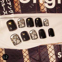 เล็บมือแฟชั่นสีดำเงาประดับจิวสีทองสับเล็บพื้นใสตัดเส้นตัดกันสุดทันสมัย