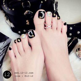 แฟชั่นเล็บเท้าปลอมแบบฉบับสาวเท่ห์งานเล็บสีดำเพ้นท์ขาวกริกเตอร์รูปพระจันทร์สลับเล็บกริกเตอร์เสีเงิน