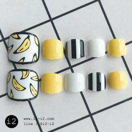 เล็บเท้าแฟชั่นเพ้นท์ลายกล้วยน่ารักสลับเล็บสีพื้นขาวเหลือขาดดำ