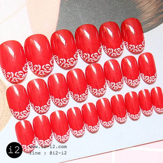 เล็บมือแฟชั่นสีแดงแปร๊ดเพ้นท์ขอบด้วยลายกุหลาบสีขาวตรงปลายเล็บสไตล์สาวเก๋ไก๋