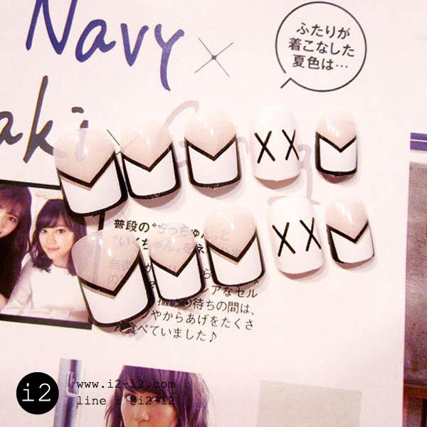 แฟชั่นเล็บปลอมพื้นใสเพ้นปลายขาวดำเก๋ๆ ตัดเล็บสีขาวเพ้นท์ลายเส้นตัวเอ็กซ์แฟชั่นแบบสาวสมัยใหม่